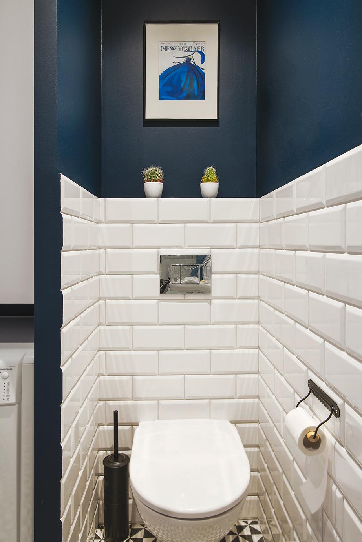mała toaleta w granacie i bieli