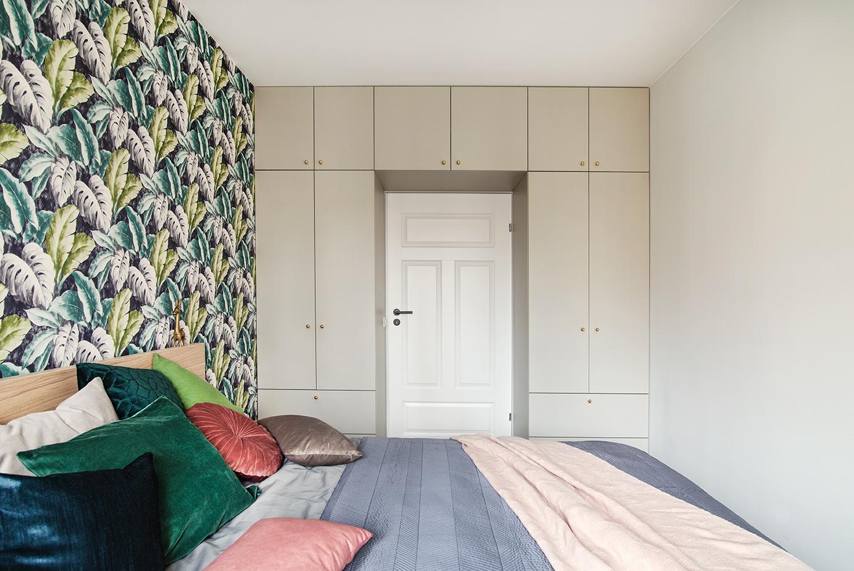 Pawlacz dookoła drzwi w sypialnie sposób na przechowywanie