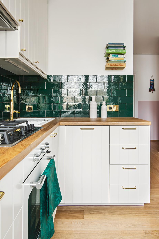 butelkowe kafle w kuchni złote gałki kuchnia vintage
