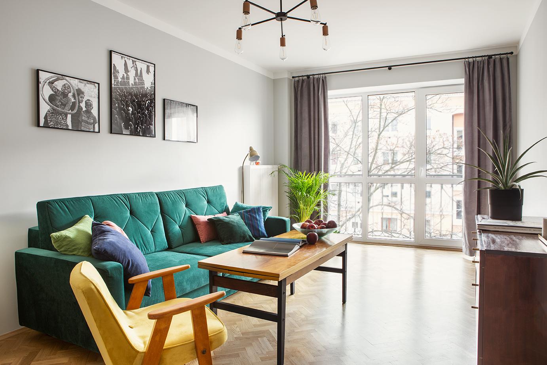 Pokój dzienny z zieloną kanapą i ławostołem